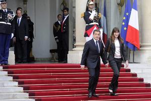Sarkozy abandonó después el Palacio acompañado de su esposa, Carla Bruni, y minutos después Hollande comenzó la ceremonia de investidura recibiendo una medalla y firmando varios documentos para cumplir con el protocolo.
