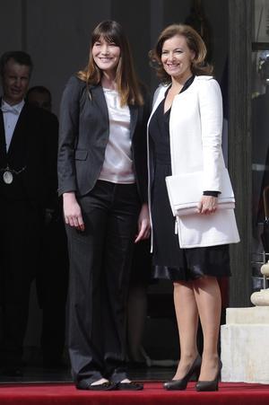 La primera dama saliente de Francia, Carla Bruni dio la bienvenida a Valerie Trierweiler (d), compañera del presidente electo de Francia, François Hollande.