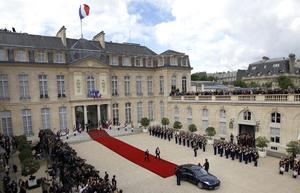 El socialista François Hollande asumió la presidencia de Francia con la promesa de reconciliar a sus conciudadanos y de defender en Europa un nuevo pacto presupuestario que incluya medidas para estimular la economía.