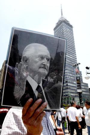 Admiradores dieron el último adiós al escritor Carlos Fuentes.