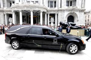 Al llegar la carroza fúnebre al Palacio de Bellas Artes, su viuda, Silvia Lemus, y su hija, Cecilia Fuentes Macedo, esperaban en la puerta.