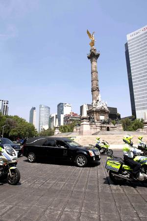En el recorrido hasta Bellas Artes, algunas de las calles de la capital mexicana se llenaron de ciudadanos que aplaudían al paso del vehículo.