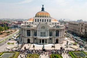 Desde el mediodía, centenares de admiradores del escritor Carlos Fuentes se agolparon a las puertas del Palacio de Bellas Artes, en donde se instaló su capilla ardiente, para poder decirle adiós.