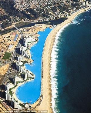 La enorme alberca está en la costa y mide 1,013 metros de largo.