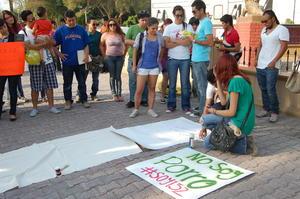 """En Torreón, unos 40 estudiantes acudieron a la Alameda Zaragoza, donde intercambiaron libros y mostraron pancartas con leyendas como """"no somos borregos""""."""