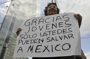 Adultos también se unieron a la marcha agradeciendo el movimiento de los jóvenes.