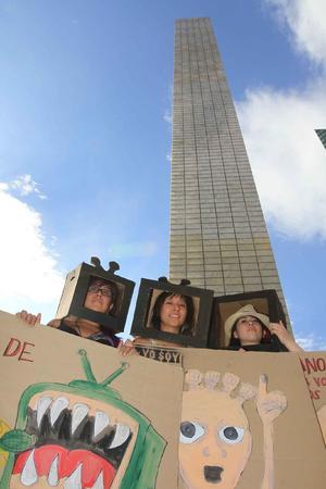 En la Ciudad de México, miles de jóvenes marcharon de la Estela de Luz al Ángel de la Independencia .