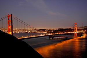 Decenas de miles de personas pasearon este domingo por la bahía para contemplar el puente, de tono anaranjado, de 2.7 kilómetros de largo.