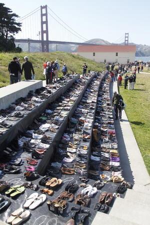 Aprovechando la conmemoración, en un parque cercano se colocó una exhibición de centenares de zapatos, en memoria de las personas que han saltado del puente Golden Gate, que se estima una cifra de 1,558.