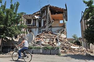 Hasta en Milán, edificios altos y escuelas fueron evacuados por precaución.