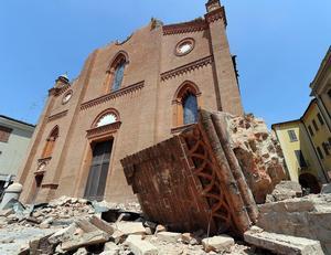 En Mirandola, cerca del epicentro del sismo, la catedral principal se derrumbó junto con la iglesia más antigua del pueblo, la de San Francisco.