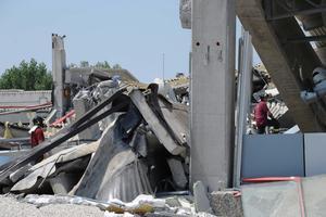 Entre las víctimas había varios obreros que trabajaban en una nave industrial que se derrumbó en la provincia de Módena, una mujer sepultada bajo la fábrica Mobilficio Malavasi y un anciano al que cayeron escombros cuando caminaba por la calle en el pueblo de Concordia.