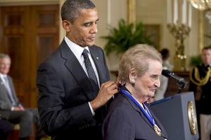 La exsecretaria de estado, Madeline Albright recibió también La Medalla de la Libertad que es considerada el más alto honor a un ciudadano civil en los Estados Unidos.