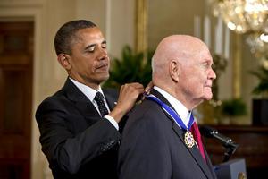 """El astronauta retirado John Glenn recibió el galardón porque entre sus hazañas cuenta el haber sido el tercer estadounidense en el espacio y el primero en orbitar la Tierra y porque, según Obama, """"se convirtió en un héroe en todos los sentidos""""."""