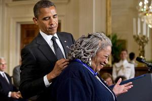 """""""Muchas de estas personas son mis héroes... Cada uno de los que están sobre este escenario ha marcado mi vida de forma profunda"""", afirmó Obama, al citar ejemplos de cómo le impactaron las obras de la novelista Toni Morrison."""