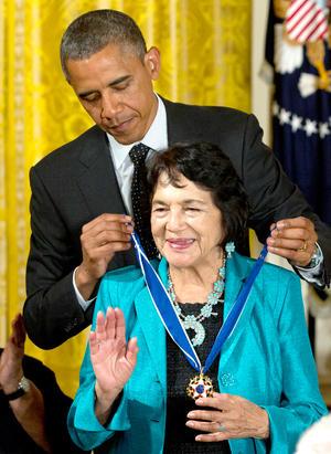 La activista social Dolores Huerta recibió de manos del presidente Barack Obama la Medalla de la Libertad.
