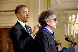 El legendario cantante Bob Dylan recibió el máximo honor civil en Estados Unidos, durante la entrega de las Medallas de la Libertad, que tuvo lugar en la Casa Blanca.