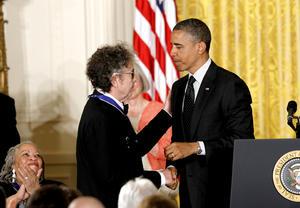 """El presidente Barack Obama homenajeó con la Medalla de la Libertad, el máximo honor civil en Estados Unidos, a personalidades como el cantautor Bob Dylan, el astronauta retirado John Glenn y la activista mexicano-estadounidense Dolores Huerta, a los que describió como sus """"héroes individuales"""""""