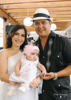 NADIA  Nava Rivera y Gerardo García López con su hijita Arantza.