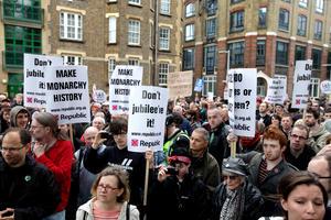 A pesar del ambiente de fiesta, no faltaron los manifestantes que protestaron en contra de la monarquía británica.