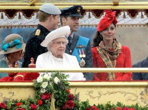 Isabel II fue acompañada en la embarcación por su marido, el duque de Edimburgo, el príncipe Carlos y Camilla, el príncipe Enrique y los duques de Cambridge, Guillermo y la sonriente Catalina, que aportó la nota de color en el vestuario con un conjunto rojo de Alexader McQueen con sombrero a juego.
