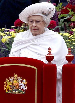 La soberana, vestida de blanco para contrastar con el azul y rojo de la bandera británica, recorrió el Támesis acompañada de su familia en una barcaza, haciendo frente al mal tiempo que no mitigó el entusiasmo popular y pese al cual exhibió en varias ocasiones su sonrisa.