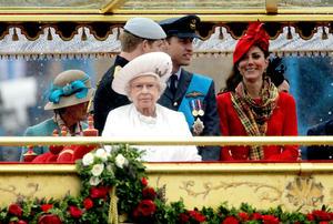 Una demostración de la grandeza y la pompa de la familia real más famosa del mundo que goza en estos momentos de unos niveles de popularidad históricos, gracias al poyo y las simpatías que genera Isabel II, de 86 años, la única monarca que han conocido la mayoría de los británicos.