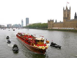 El desfile por el Támesis de mil góndolas, veleros, traineras, barcos militares, lanchas y embarcaciones de recreo pretendió rememorar los grandes acontecimientos fluviales del pasado inmortalizados por el pintor Canaletto en el siglo XVIII.