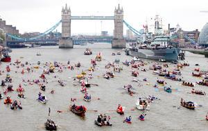 Arropada por más de un millón de personas que se agolpaban a las orillas del río Támesis, la reina Isabel II presidió  un espectacular e histórico desfile de mil barcos para conmemorar sus 60 años en el trono.