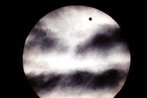 Turistas locales, nacionales y extranjeros apreciaron, desde la zona arqueológica de Chichén Itzá, el fenómeno astronómico del tránsito de Venus frente al Sol.