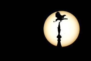 Durante toda la noche expertos de la NASA y otras instituciones científicas seguieron el movimiento de Venus, cuyo nombre se debe a la diosa romana del amor y que a lo largo de la historia ha cautivado a científicos como Galileo Galilei, que fue el primero en verlo a través del telescopio en 1610.