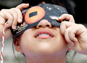 Al igual que en un eclipse solar, no hay que mirar directamente al Sol o de lo contrario se pueden causar daños permanentes en los ojos.