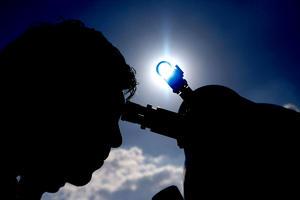 """""""Si a usted le gusta el lunar en el rostro de Cindy Crawford, le gustará Venus"""", dijo Van Webster, un miembro de la Sociedad Astronómica de Los Ángeles, quien instaló su telescopio en el monte de Hollywood."""