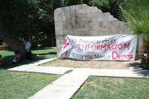 """Cerca de las 13:30 horas y ya en la Alameda se guardó un minuto de silencio ante los """"70 años de opresión en México""""."""