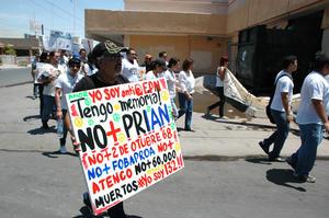 Adultos y jóvenes mostraban pancartas en contra de algunos partidos políticos.