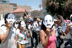 Jóvenes portaron las ya famosas máscaras utilizadas por estudiantes en la Ibero.