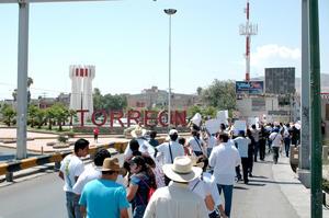 """Por el puente plateado se entró a Torreón mientras se invitaba a los peatones y automovilistas a que se unieran al recorrido, """"¡únete pueblo, es hora de que hagamos historia todos juntos!"""", fueron los gritos de algunos estudiantes."""