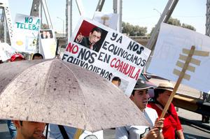 Los manifestantes portaban pancartas en contra de personajes del PRI.