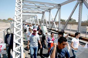 Portando pancartas, mensajes y mantas contra el candidato del PR los manifestantes marcharon sobe la vialidad hasta el puente plateado.