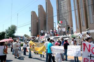Participantes a pie, caravanas de vehículos y casi tres horas de trayecto bajo el sol fueron parte de la marcha #Yosoy132, que por primera vez se realizó desde Lerdo hasta Torreón.