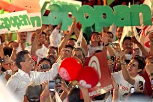 Durante el acto, saludó a los jóvenes, mujeres y hombres que respaldan su proyecto, y confió que en tres semanas lo que celebren sea la victoria de la alianza de los partidos Revolucionario Institucional (PRI) Y VErde Ecologista de México (PVEM) en la elección presidencial.