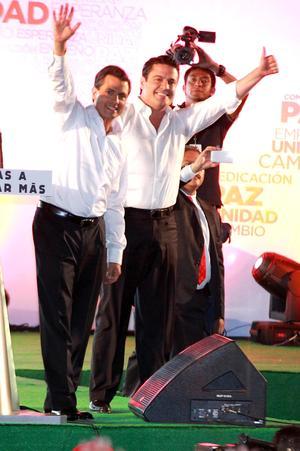 Al término del segundo debate presidencial, el abanderado de la coalición Compromiso por México, Enrique Peña Nieto, se reunió con simpatizantes en la plaza de La Liberación, a quienes les pidió no confiarse y transmitir sus propuestas entre los habitantes de Jalisco.