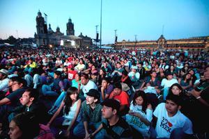 Miembros del movimiento #Yosoy132 marcharon del Ángel de la Independencia al Zócalo para ver el segundo debate presidencial.
