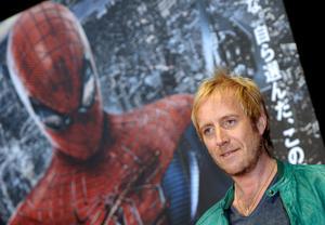 """El actor Rhys Ifans posa para los fotógrafos a su llegada al estreno mundial de la película """"Amazing Spider-Man"""" en Tokio (Japón)."""