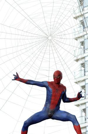 """Un actor disfrazado de Spiderman participa en el estreno mundial de la película """"Amazing Spider-Man"""" en Tokio."""