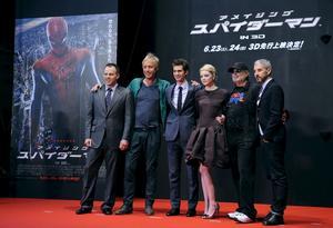 """El director estadounidense Marc Webb, posa con el actor galés Rhys Ifans, los actores estadounidenses Andrew Garfield y Emma Stone, y los productores Avi Arad y Matt Tolmach a su llegada al estreno mundial de la película """"Amazing Spider-Man"""" en Tokio."""