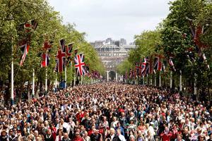El escenario fue el mismo de hace dos semanas para el jubileo de la reina, las inmediaciones del Palacio de Buckingham, donde se dieron cita miles de personas desde muy temprana hora para presenciar el desfile militar y ver unos segundos a la familia real británica.