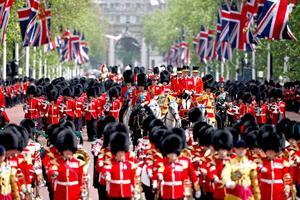 """Durante la ceremonia """"Trooping the Colour"""", participaron mil 600 guardias y 240 caballos, así como bandas de música que entonaron el himno nacional """"God Save the Queen"""" (Dios salve a la reina) y marchas militares."""