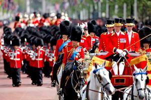En tanto, el príncipe Carlos y su hijo el príncipe Guillermo aparecieron montados a corcel con enormes sombreros de pieles negras que cubren parte del rostro.