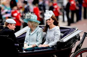 En el desfile de carruajes antiguos aparecieron Catalina, duquesa de Cambridge; Camila, duquesa de Cornualles y esposa del príncipe Carlos, el primero en línea para acceder el trono; y el príncipe Enrique.